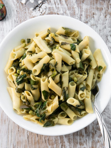 A bowl of spinach pasta.